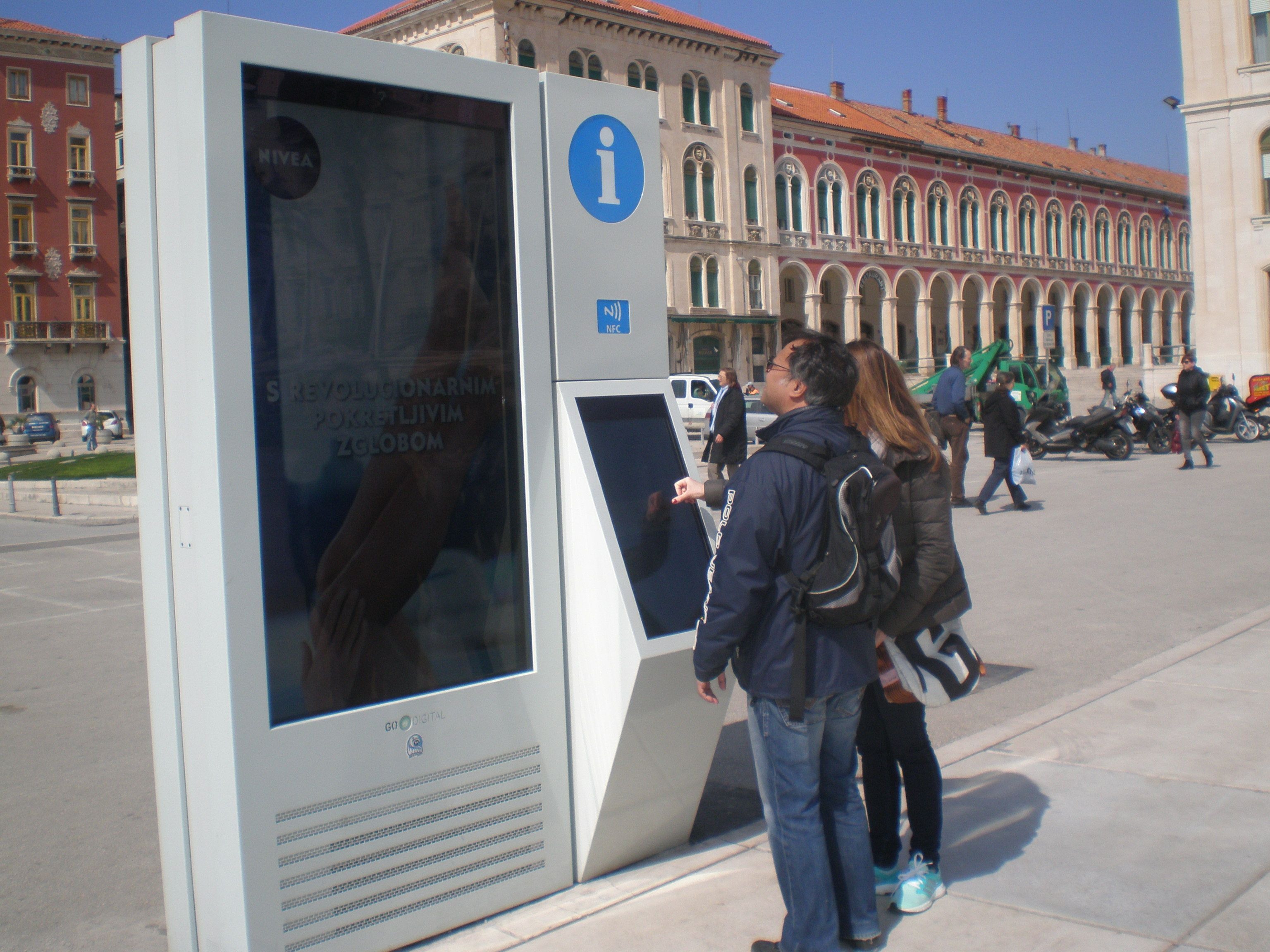 Info Point In Split May be an Eyesore, But You Can Play Tic Tac Toe